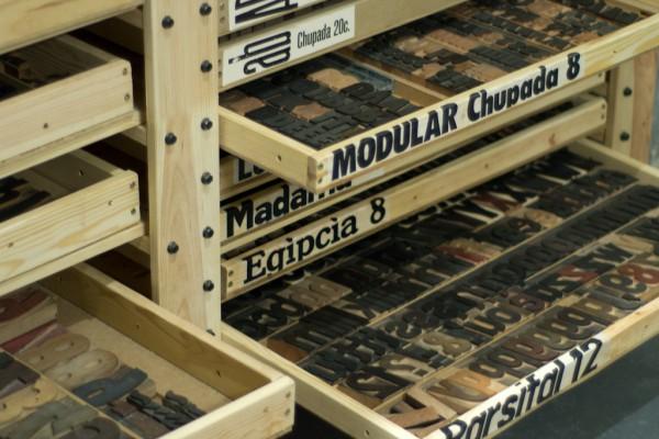Cajas con las famílias de madera.